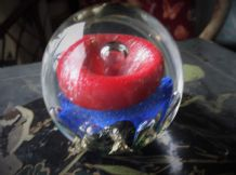 COLLECTABLE GLOBE SHAPE HEAVY GLASS PAPERWEIGHT CONTROLLED BUBBLES RED BLUE GOLD